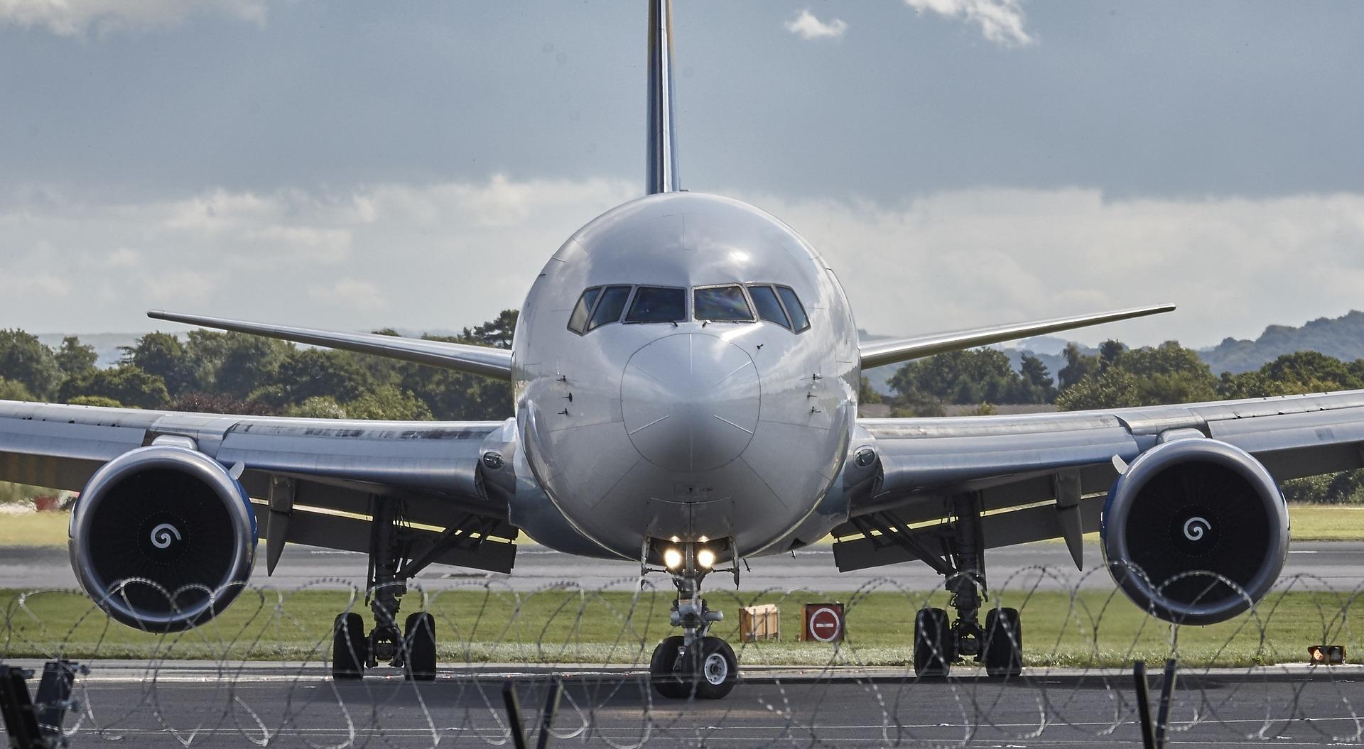 aircraft-994943_1920